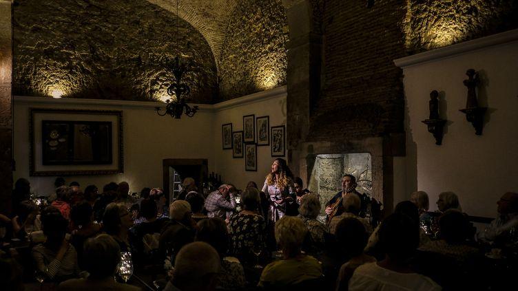 """La chanteuse Vania Duarte à la Casa de Linhares à Lisbonne, dans le quartier de l'Alfama, un des lieux où Madonna a découvert des musiciens du monde lusophone qui lui ont donné l'inspiration de son dernier album, """"Madame X"""" (PATRICIA DE MELO MOREIRA / AFP)"""