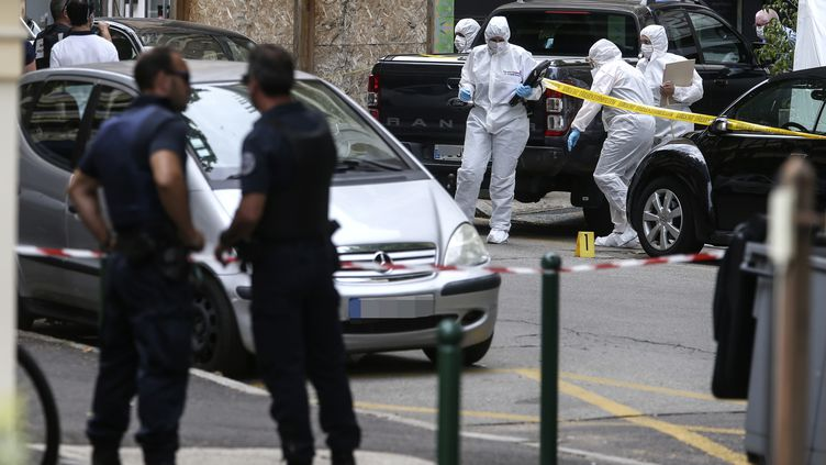 La police scientifique inspecte une scène de crime,le 18 juin 2020, à Ajaccio (Corse), où un homme d'une trentaine d'années a été abattu par balles. (PASCAL POCHARD-CASABIANCA / AFP)