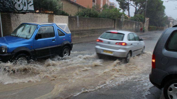 Une voiture progresse dans une rue inondée de Montpellier (Hérault), le 29 septembre 2014. (CITIZENSIDE/PHILIPPE BOURGUN / AFP)