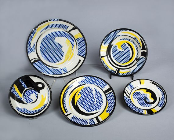 """""""Studies for Dishes. Five Pieces"""", 1966.Huile sur vaisselle en céramique Jackson de Chineavec couleurs Drakenfeldet décalcomanies de couleurs Steward Clay.Collection particulière. (ESTATE OF ROY LICHTENSTEIN NEW YORK / ADAGP, PARIS, 2013)"""