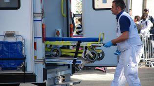 Photo d'illustration d'un brancardier à l'arrière de son camion du Samu. (GILLES HALAIS / FRANCE-INFO)