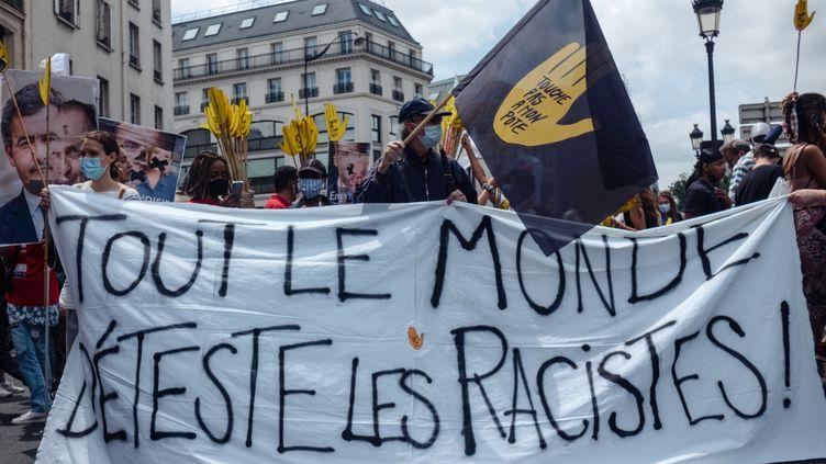 Une banderole lors de la marche des libertés contre l'extrême-droite à Paris, le 12 juin 2021. (HERVE CHATEL / HANS LUCAS / AFP)