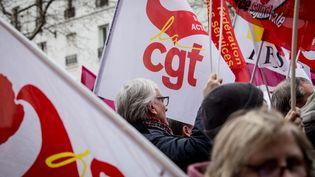 Un drapeau de la CGT dans le cortège parisien de la grève des fonctionnaires, le 22 mars 2018. (Photo d'illustration) (MAXPPP)