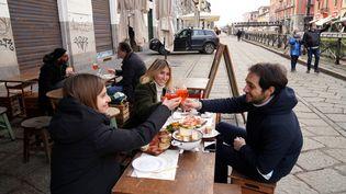 Des clients trinquent à la terrasse d'un restaurant de Milan, le 1er février 2021. (DUILIO PIAGGESI/IPA/SIPA)