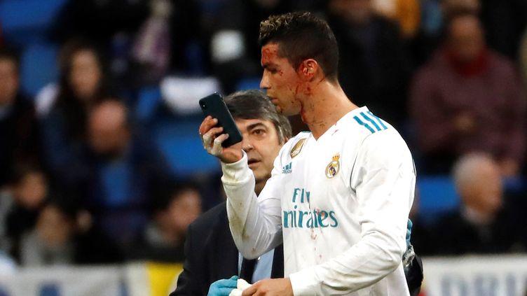 """Après son doublé contre le Deportivo, Cristiano Ronaldo constate l'étendue des dégâts avec le téléphone du soigneur en mode """"selfie"""" (JUAN CARLOS HIDALGO / EFE)"""