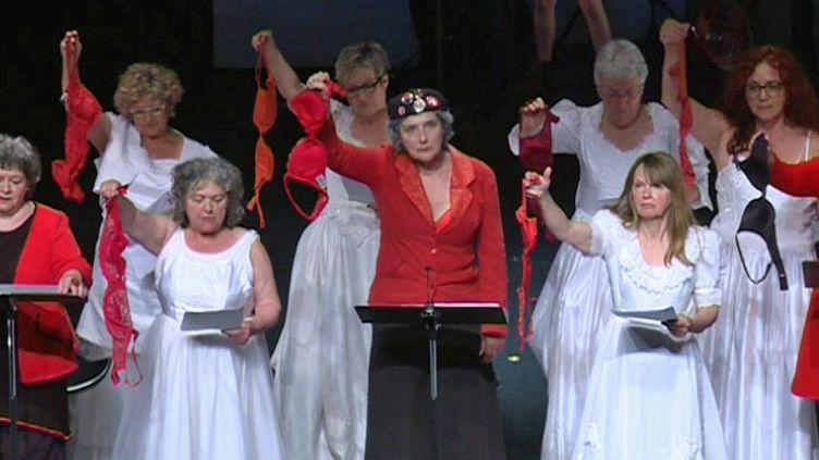 Les Mémés Rouges ont le point levé sur scène  (France 3/ Culturebox)
