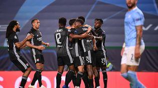 Les Lyonnais félicitent Moussa Dembélé, le 15 août 2020 à Lisbonne (Portugal). (FRANCK FIFE / AFP)