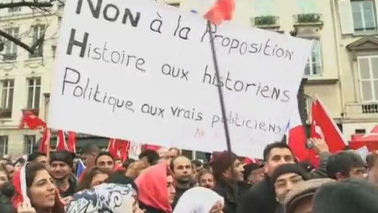 Manifestation devant l'Assemblée nationale, à Paris, le 22 décembre 2011. (APTN)