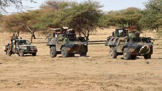 Des soldats français de la force Barkhane patrouillent à Timbamogoye (Mali), le 10 mars 2016. (PASCAL GUYOT / AFP)