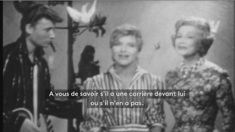 La première apparition télévisée de Johnny Hallyday en 1960, aux côtés de Line Renaud,le 18 avril 1960.  (FRANCEINFO)