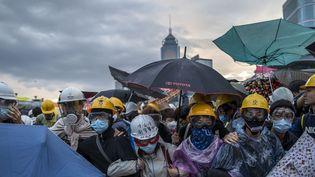 Des manifestants prodémocratie sont dispersés par les forces de l'ordre à Hong Kong (Chine), le 1er décembre 2014. (TYRONE SIU / REUTERS)