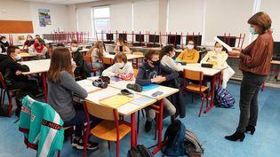 Une enseignante lit une lettre de Jean Jaurès dans le cadre de l'hommage rendu à Samuel Paty, le 2 novembre 2020, à Armentières (Nord). Photo d'illustration. (SYLVAIN LEFEVRE / HANS LUCAS)