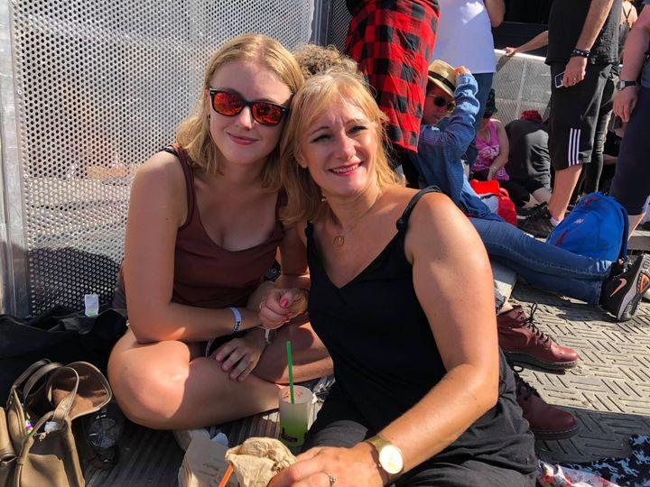 Orlane et sa mère Sandrine avant le concert des Cure le 23 août 2019 à Rock en Seine. (Manon Botticelli/Franceinfo)