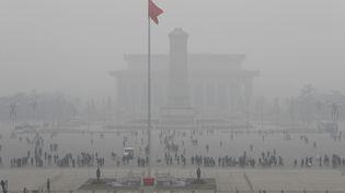 """L'emblématique place Tiananmen, à Pékin, le 20 décembre 2016, est recouverte par un épais""""smog"""" de pollution. La capitale chinoise est en alerte rouge depuis le 16 décembre. (JUN YASUKAWA / YOMIURI)"""