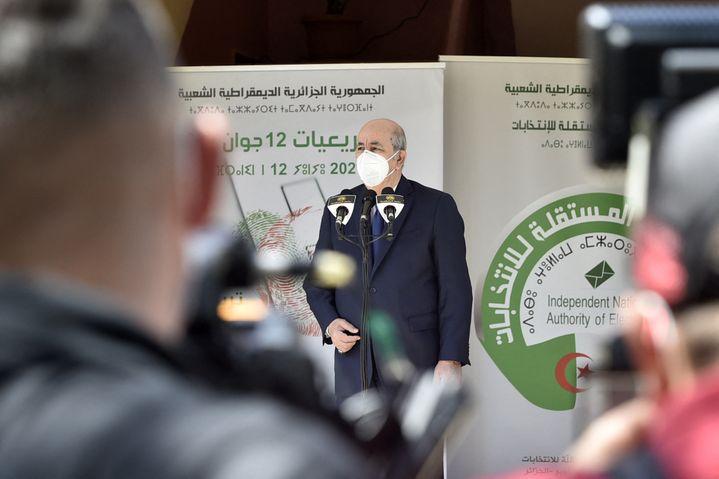 Le président algérienAbdelmadjid Tebboune fait un discours à Bouchaoui dans un bureau de vote, à l'ouest d'Alger, le 12 juin 2021, le jour des élections législatives. (RYAD KRAMDI / AFP)