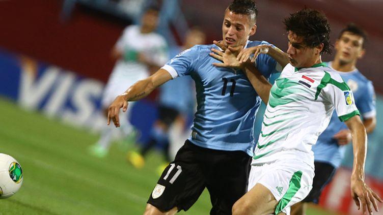 L'Uruguayen Nicolas Lopez à la lutte avec l'Irakien Ali Faez (à droite) (BEHROUZ MEHRI / AFP)