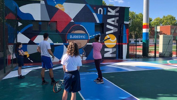 Une trentaine de jeunes de Clichy-la-garenne bénéficient de cours de tennis gratuit grâce à l'association Etendart. (EMMA SARANGO / RADIO FRANCE)