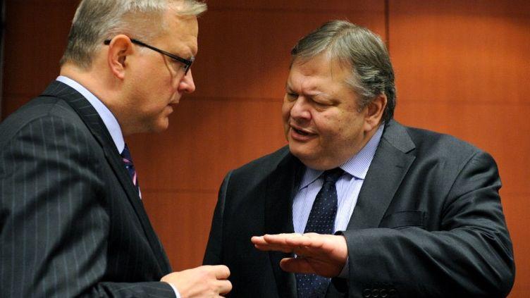 Le commissaire européen aux Affaires économiques, Olli Rehn (à gauche), s'entretient avec le ministre des Finances grec, Evangelos Venizelos, à Bruxelles le 9 février 2012. (JOHN THYS / AFP)