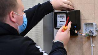Installation d'un compteur électrique (illustration). (INA FASSBENDER / AFP)