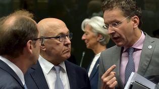 Le ministre des Finances français, Michel Sapin, discute avec le président de l'Eurogroupe, Jeroen Dijsselbloem, le 12 juillet 2015 à Athènes (Grèce). (ERIC VIDAL / REUTERS)