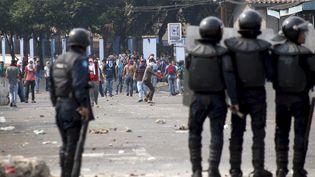 Des heurts ont éclaté entre policiers et manifestants à San Cristobal (Venezuela), le 29 mars 2016. (CARLOS EDUARDO RAMIREZ / REUTERS)