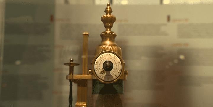 Ce microscope est l'un des trésors exposés au Musée de l'X, le musée de polytechnique. Cette pièce rare date du XVIII siècle  (France 3)