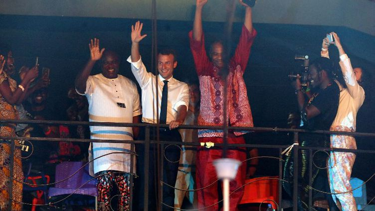 Emmanuel Macron et l'artiste Femi Kuti, le fils del'icône Fela Kuti décédé en 1997, le 3 juillet 2017 au Shrine,à Lagos au Nigéria. (LUDOVIC MARIN / POOL)