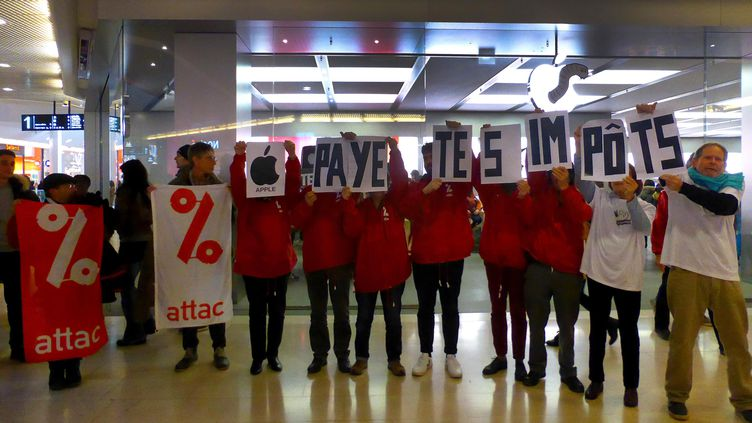 Des militants d'Attac dans un Apple Store de Lyon le 2 décembre 2017. (MAXPPP)