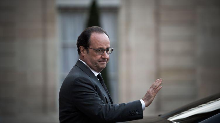 François Hollande dans la cour de l'Elysée, le 13 avril 2016. (NICOLAS MESSYASZ / SIPA)