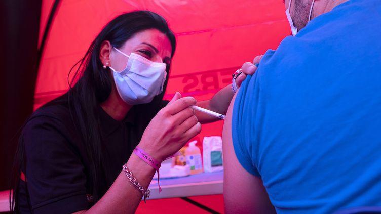 Un homme se fait vacciner dans un centre tenu par les pompiers, le 27 juillet 2021 à Montpellier (Hérault). (MAXPPP)