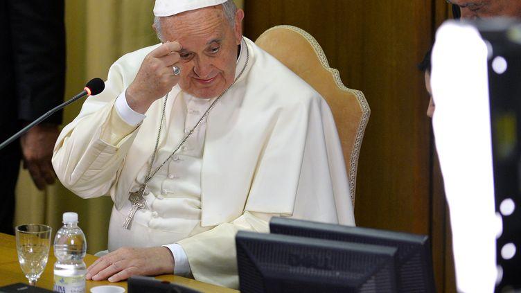 Le pape François lors d'une vidéoconférence au Vatican, le 5 février 2015. (ANDREAS SOLARO / AFP)
