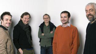 Benjamin Abitan, en pull orange, entouré des comédiens du FrançaisJérémy Lopez, Christian Gonon, Noam Morgensztern et Gilles David.  (MARTIN BUREAU / AFP / AFP-PH)