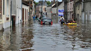 Inondations dans une rue de Montargis (Loiret), le 1er juin 2016. (GUILLAUME SOUVANT / AFP)