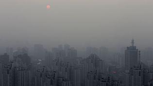 La ville de Pékin (Chine) étouffée par la pollution est photographiée au coucher du soleil, le 20 septembre 2014. (BARRY HUANG / REUTERS)