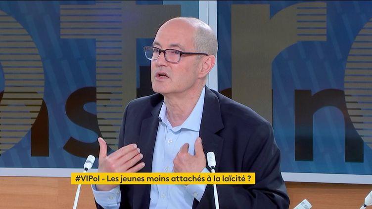 """Patrick Weil était l'invité de """"Votre instant politique"""", le 21 mai 2021. (FRANCEINFO)"""