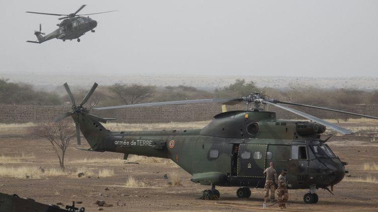 Deux hélicoptères de la force Barkhane en opération dans la région du Gourma au Mali, en mars 2019. (DAPHNE BENOIT / AFP)