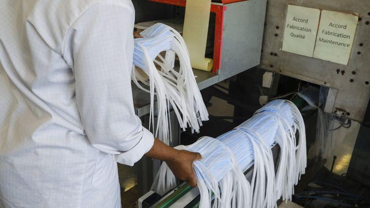 Une ligne de production de masques de protection sanitaires à Saint-Barthélemy-d'Anjou (Maine-et-Loire), le 4 juillet 2020. (JEAN-MICHEL DELAGE / HANS LUCAS / AFP)