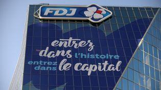 """""""Entrez dans l'histoire, entrez dans le capital"""", affiche la Française des jeux le 7 novembre 2019 sur son siège de Boulogne-Billancourt (Hauts-de-Seine), alors que la souscription pour réserver ses actions débute ce jour. (ERIC PIERMONT / AFP)"""