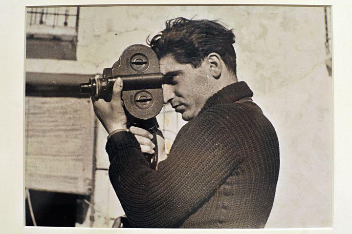 "Légende : Robert Capa sur le front de Ségovie, mai 1937, par Gerda Taro, exposition ""Robert Capa et Gerda Taro"" à Milan 2009  (Matt Corner / EMMEVI PHOTO / MAXPPP)"