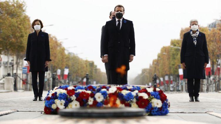 Le président Emmanuel Macron avec le Premier ministre Jean Castex, la ministre déléguée auprès de la ministre des Armées,Geneviève Darrieussecq (à droite) et la ministre des Armées Florence Parly (à gauche) lors de la cérémonie à l'Arc de Triomphe à Paris le 11 novembre 2020. (YOAN VALAT / AFP)
