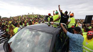 """Des """"gilets jaunes"""" participent à une manifestation contre l'augmentation des prix du carburant, au Port, à La Réunion, le 24 novembre 2018. (RICHARD BOUHET / AFP)"""