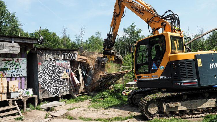 Un bulldozer lors d'une opération d'expulsions le 17 mai 2018 à Notre-Dame-des-Landes (Loire-Atlantique). (GUILLAUME SOUVANT / AFP)