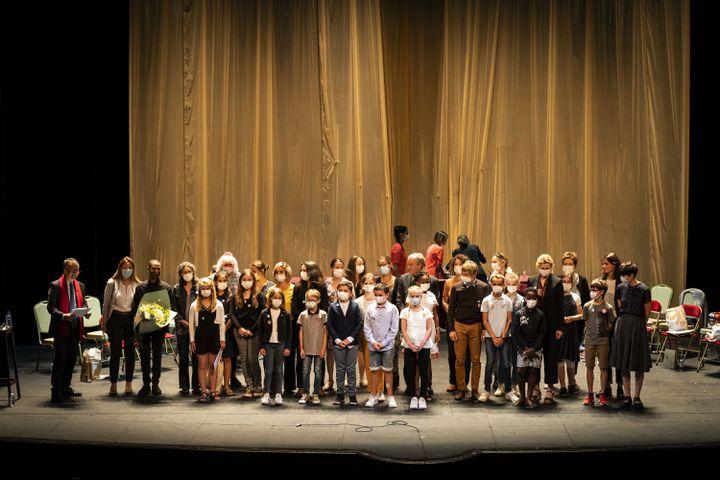 Les 14 finalistes, les auteurs des livres choisis, des membres du jury et Christophe Barbier, sur la scène historique de la Comédie Française, à la fin des lectures. (Frédéric Berthet)