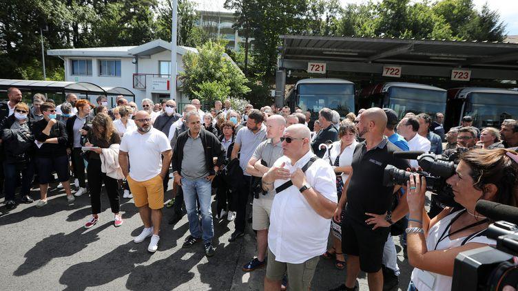 Les salariésdu réseau de bus Chronoplus qui ont exercé leur droit de retrait lundi 6 juillet après l'agression d'un collègue dimanche à Bayonne. (DROUINAUD EMILIE / SUD OUEST PB / MAXPPP)