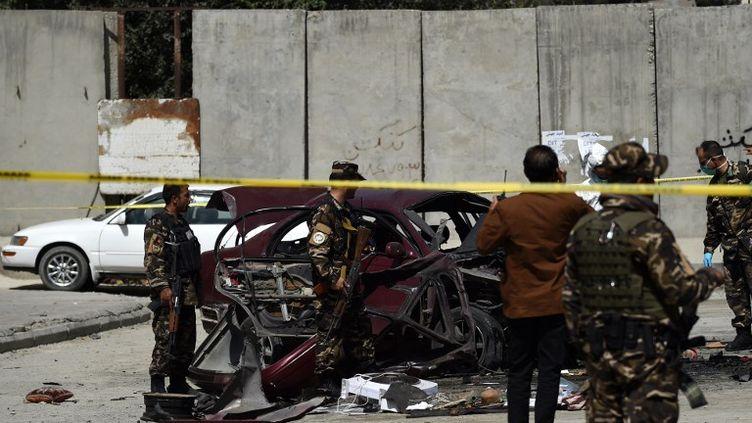 """Le """"T-Wall"""" de l'ambassade des Etats-Unis à Kaboul, après l'explosion d'une voiture piégée le 15 août 2016. (WAKIL KOHSAR / AFP)"""