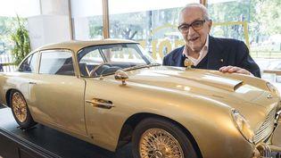 Ken Adam en 2014, devant une réplique de l'Aston Martin DB5 de James Bond  (Ray Tang/REX/REX/SIPA)