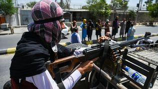 Un taliban armé à bord d'un véhicule lors d'une patrouille à Kaboul (Afghanistan), le 16 août 2021. (WAKIL KOHSAR / AFP)