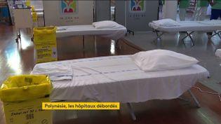 Les hôpitaux sont saturés en Polynésie française, des lits sont installésdans les parties communes. (FRANCEINFO)