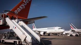 Des avions de la compagnie Air France, le 9 octobre 2018 sur le tarmac de l'aéroport de Paris-Orly. (LIONEL BONAVENTURE / AFP)