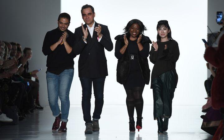Bibhu Mohapatra a emmené avec lui sur le podium trois de ses collaborateurs, dont le designer d'origine guatémaltèque David Valencia, février 2017 à la semaine de la mode de New York  (Angela Weiss / AFP)